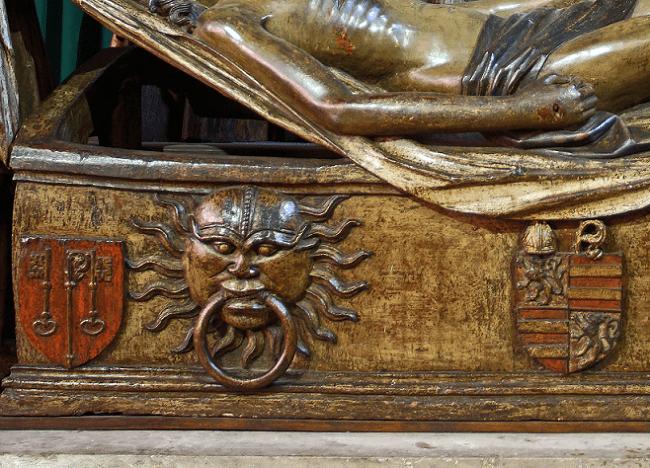 Détail de la Mise au Tombeau où sont sculptées des armoiries