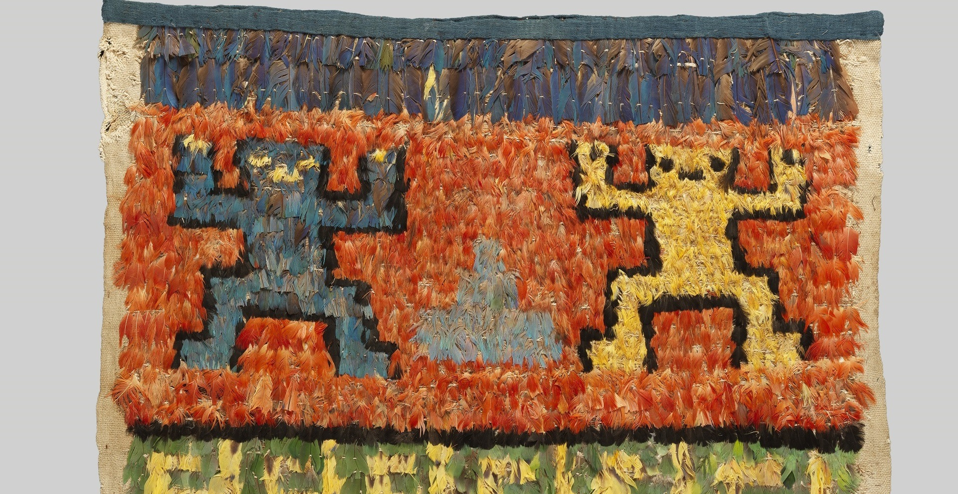 Unku décoré de plumes - Musée des Amériques - Auch
