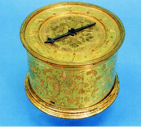Boîte d'horloge de table en forme de tambour, signé A.S.