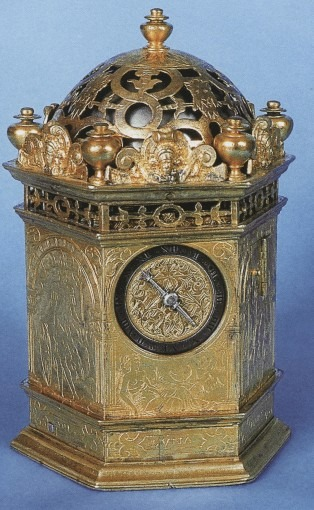 Horloge de table hexagonale, à attique repercé