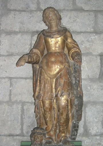 Statue avec tête coupée à ses pieds