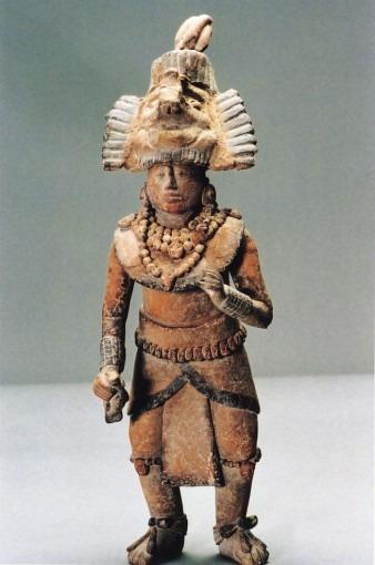 Statuette représentant un personnage richement paré