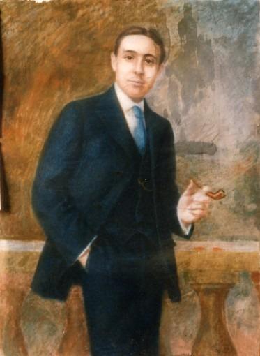 Portrait d'un jeune homme en costume bleu, debout tenant une pipe, devant une balustrade